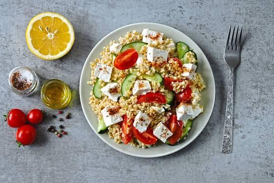 Variací na saláty je celozrnný kuskus nebo bulgur.