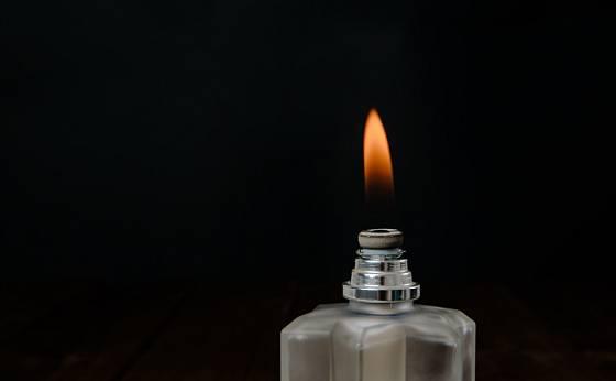 Po uplynutí 2 až 3 minut plamen sfoukněte