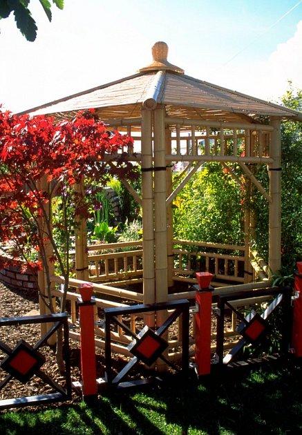 Bambusový altán je ozdobou zahrady