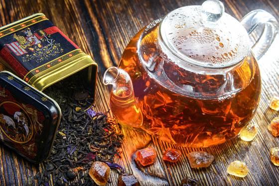 Černý čaj nenechávejte s vodou v konvici dlouho.