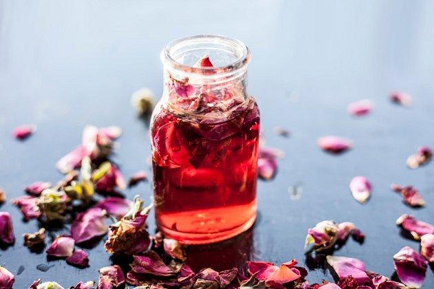 Sirup z plátků růží může sloužit i jako originální dárek.