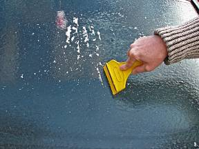 Se škrabkou na led nás čeká zdlouhavé čištění skla.