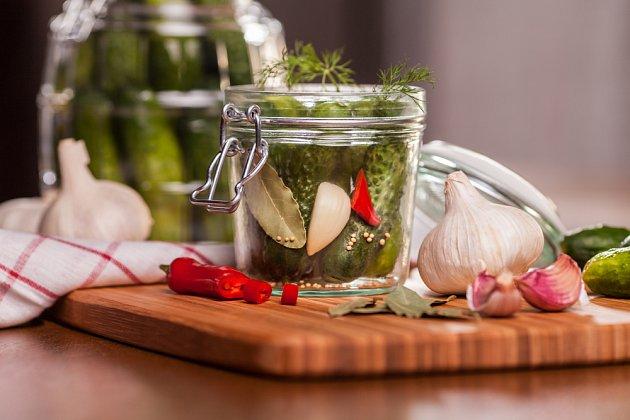 Kdo má rád ostré, přidá k nakladačkám česnek a pálivou papričku