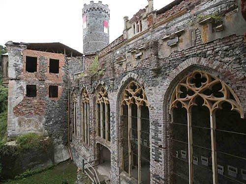 Gotický strážní hrad přebudovaný v novogotický zámek.