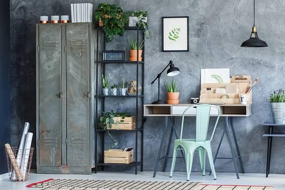 Plechová šatní skříň, průmyslová svítidla a kovová stolička.