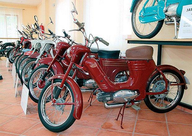 Mnohý padesátník či šedesátník mačká slzu dojetí v oku: malý motocykl Jawa 50 typ 550 Pionýr.