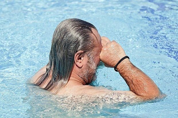 Příliš vysoké dávkování bazénové chemie může způsobit pálení očí