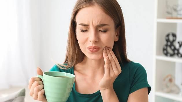 Pokud trpíte na zubní kazy, měly byste je omezit některé potraviny