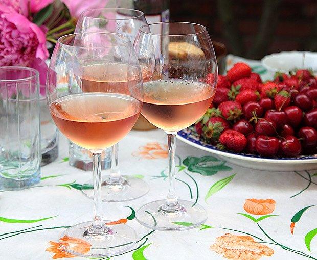 Rosé je jako stvořené k letnímu posezení venku