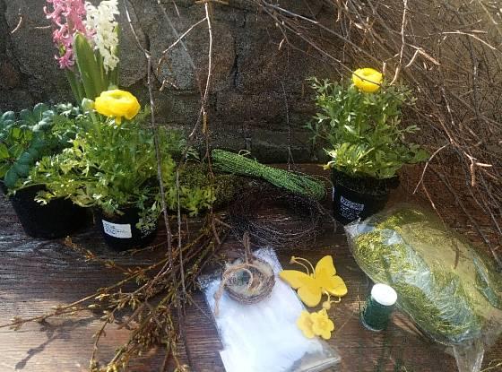 V aranžmá vyniknou květiny žluté, bílé a růžové barvy.