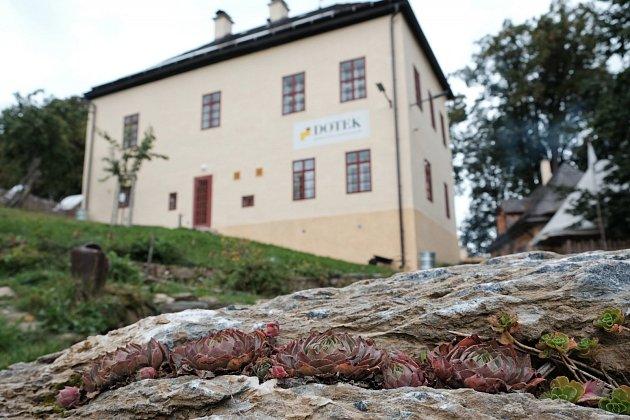 Netřesk, kterému se daří ve skále a rekontruovaná budova bývalé fary