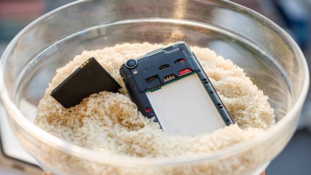 Rýže dokáže vytáhnout vodu a vlhkost i ze zatopeného telefonu