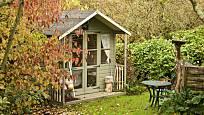 Zahradní domek může být i docela nenápadný, ale velmi praktický.