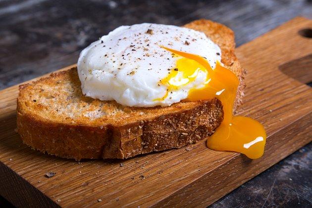 Pošírované vajíčko se vám bude hodit i jen tak na chleba.