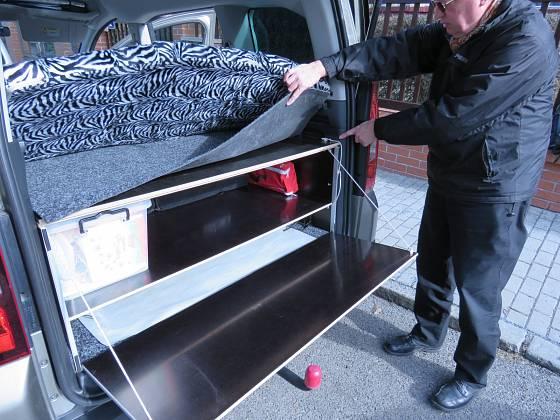 Výklopné víko bedny může posloužit jako pult pro vaření; v kufru je dostatek prostoru. Novější typ Citroenu Berlingo