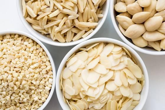 Loupané mandle se prodávají v různých úpravách.