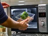 Pro ohřev v mikrovlnné troubě bychom měli používat pouze vhodné nádoby.