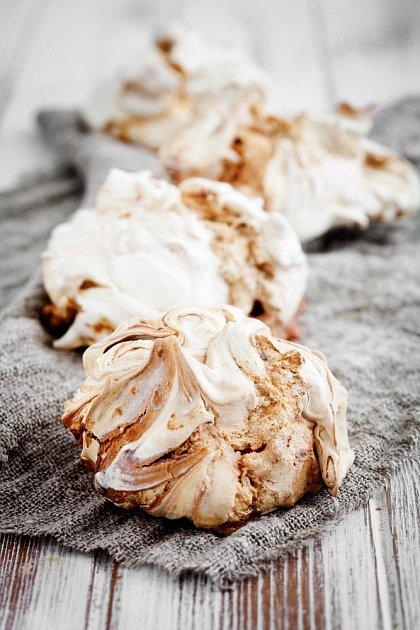 Pro mramorování se dá využít i kousek hořké čokolády.