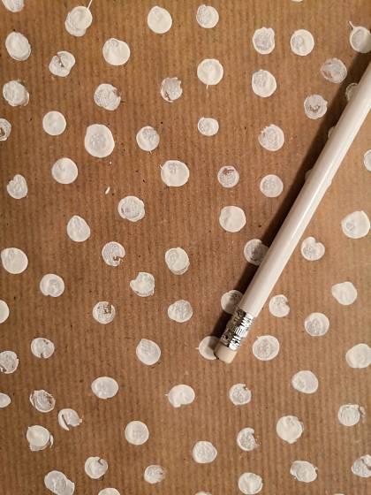 Drobné tečky na papíře vytvoříte pomocí tužky s gumou