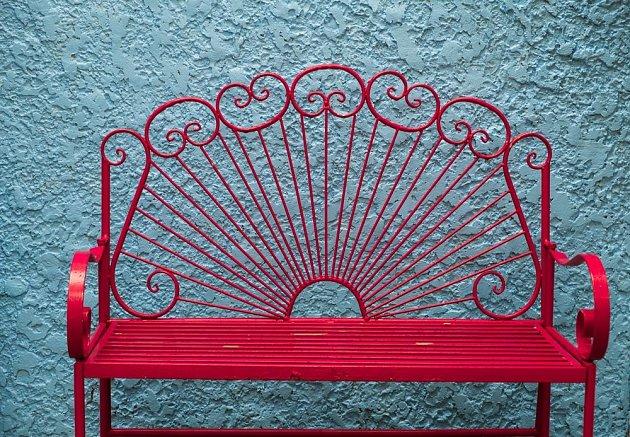 Díky nátěru se z lavičky stane magnet pro oči, roli hraje i barva pozadí