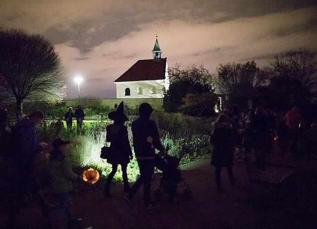 Tradiční halloweenský průvod botanickou zahradou v Troji.