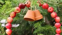 Z dekorativních jablíček uvažte věneček na stromek v zahradě.