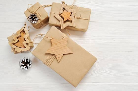 Vánoční dárky můžeme přizdobit dřevěnými jmenovkami.