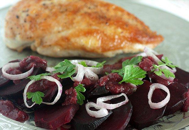 Kuře s nivou a křenem podávané s řepným salátem