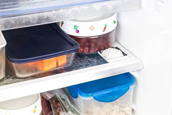 Jedlá soda nebo kypřící prášek na talířku pohltí zápach
