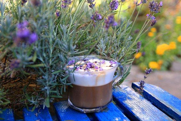 Levandulová káva chutná nejlépe na zahradě