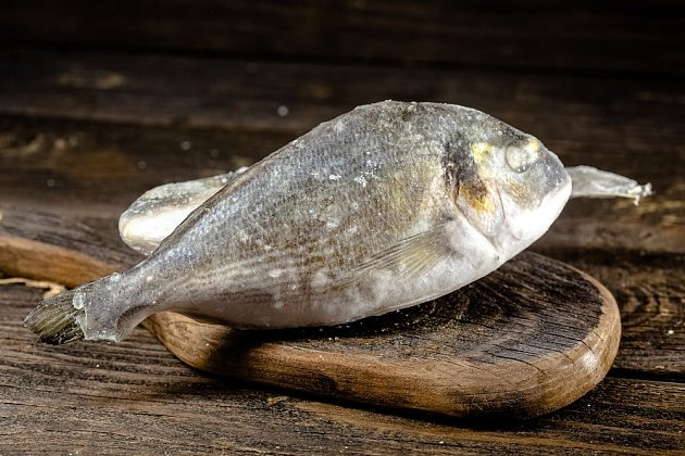 Větší kusy zmrazených ryb se připravují těžko