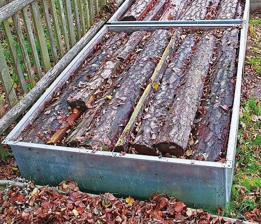 Základní surovina – borové špalky − vydrží uskladněna ve vanách s vodou i několik let