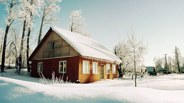Neporušená vrstva sněhu u zazimované chalupy