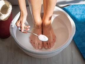 Na zápach nohou skvěle platí jedlá soda