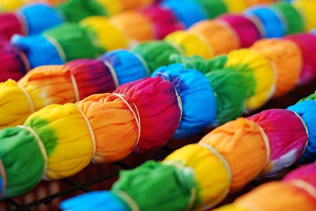 Díky tekutým barvám můžeme při batikování vytvářet i velmi pestré vzory.