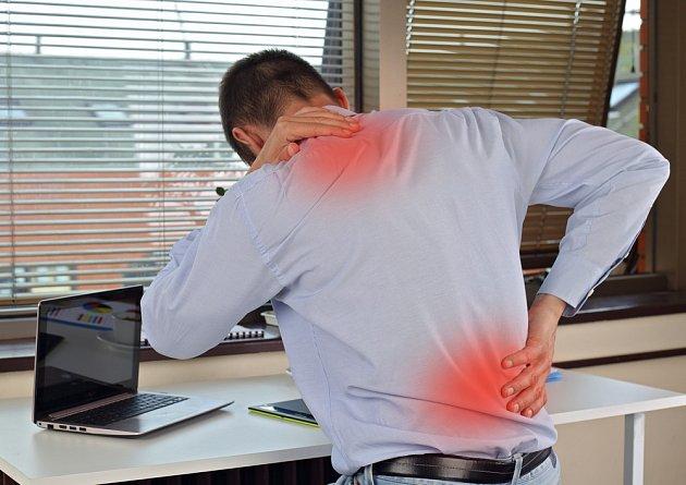 Bolesti zad si často způsobujeme nevhodným uspořádáním pracovní plochy.