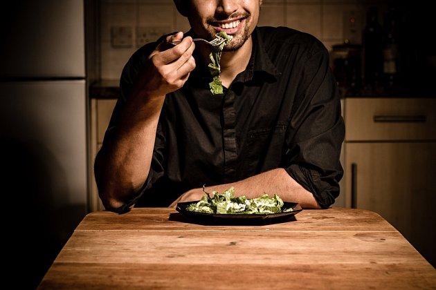Čím později jíme, tím víc bychom se měli vyhýbat mastným a kořeněným jídlům