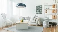 Bílé zdi a nábytek navozují pocit čistoty.