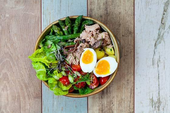 Salát nicoise můžete ozvláštnit třeba i chřestem.