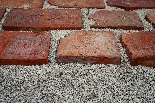 Spáry mezi cihlami utěsní písek či drobný šťerk