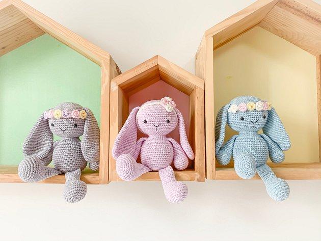 Trojice háčkovaných zaječích slečen se bude vyjímat v dětském pokojíku vaší malé princezny.
