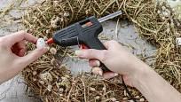 Při výrobě nám skvěle poslouží lepicí tavná pistole.