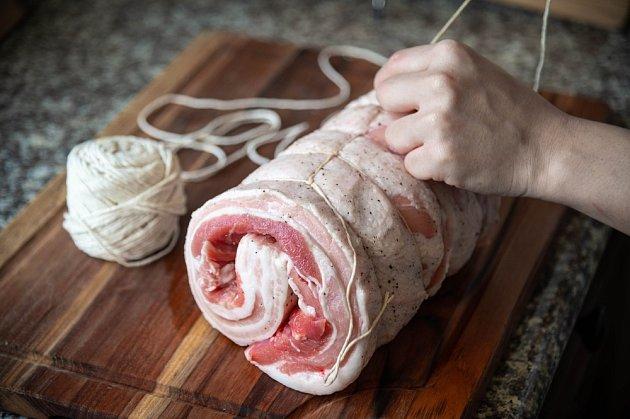 Vepřovou pečeni svážeme kuchyňským provázkem podobně jako roládu.