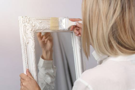Pěkný rám nemusí zdobit jen obraz, ale stejnou službu prokáže i u zrcadla.