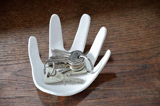 Mistička ve tvaru ruky je originální dekorací a místem k odkládání drobností
