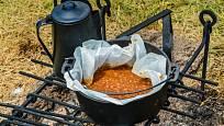 Tradiční bostonské fazole připravené v kotlíku.