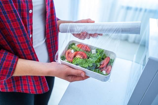 Potraviny dobře zabalíme potravinovou fólií.