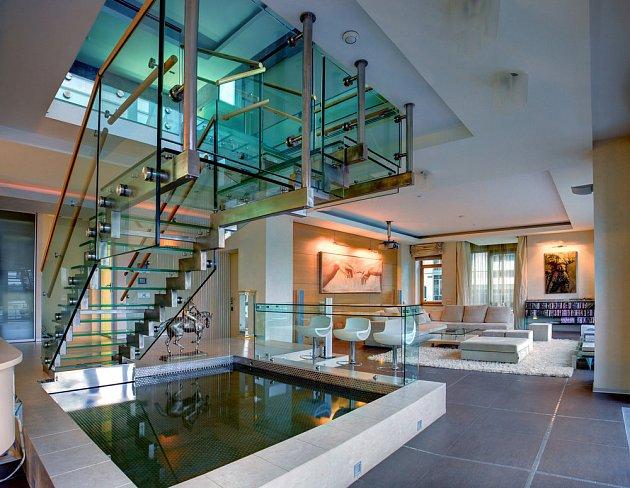 """Tenhle luxusní mezonet """"ulovil"""" fotograf v Petrohradu. Skleněné schodiště a bazének spolehlivě zvedají cenu bytu."""