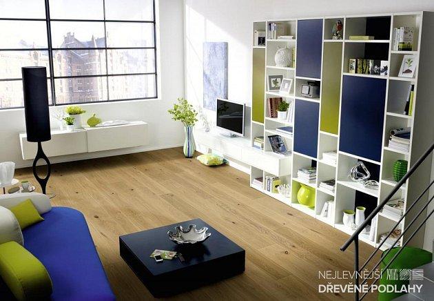 dřevěná podlaha v obývacím pokoji