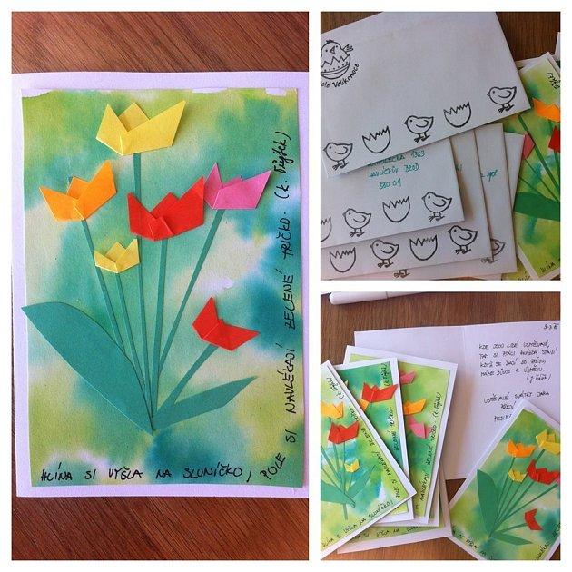 Přáníčko s tulipány: rozpíjená malba a papírová koláž.